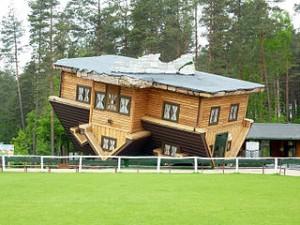 Szymbark, dom na opak [Wikipedia]