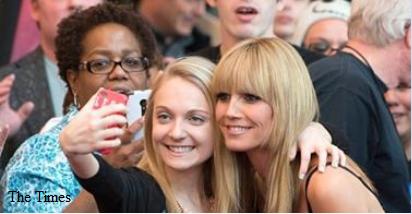 The Times: Selfie zastępują autografy...